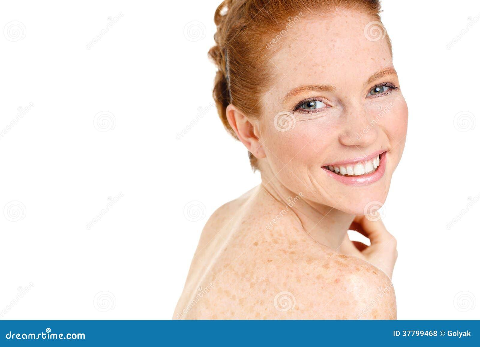 Schöne junge rothaarigefrau mit dem sommersprosseporträt lokalisiert