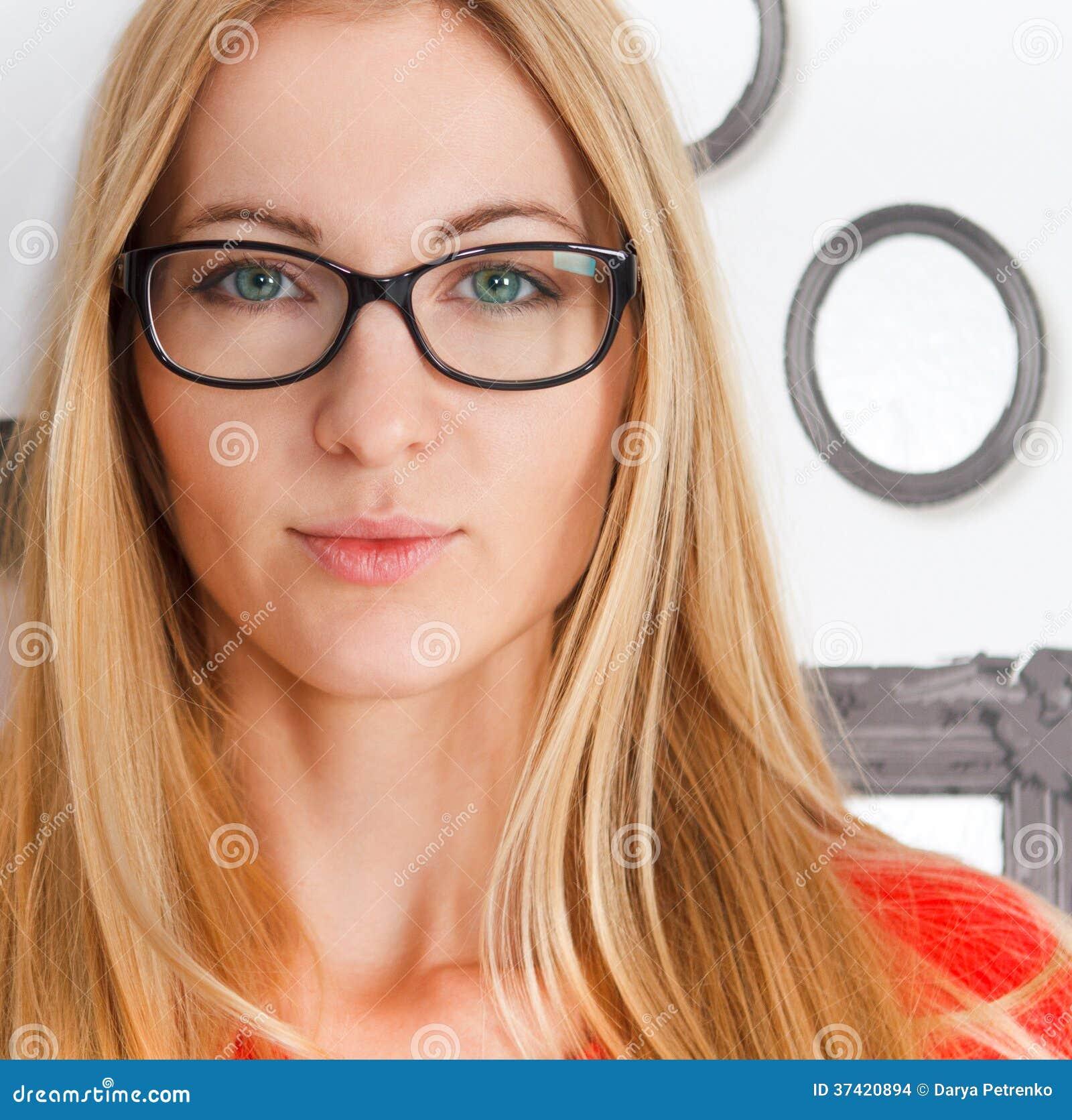 Porträt der tragenden Gläser des blauen Auges der Frau