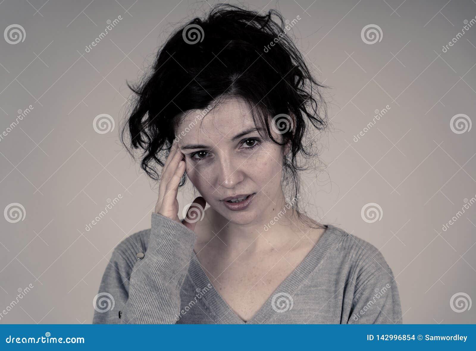 Porträt der traurigen und deprimierten Frau Getrennt auf weißem Hintergrund Menschliche Ausdrücke und Gefühle