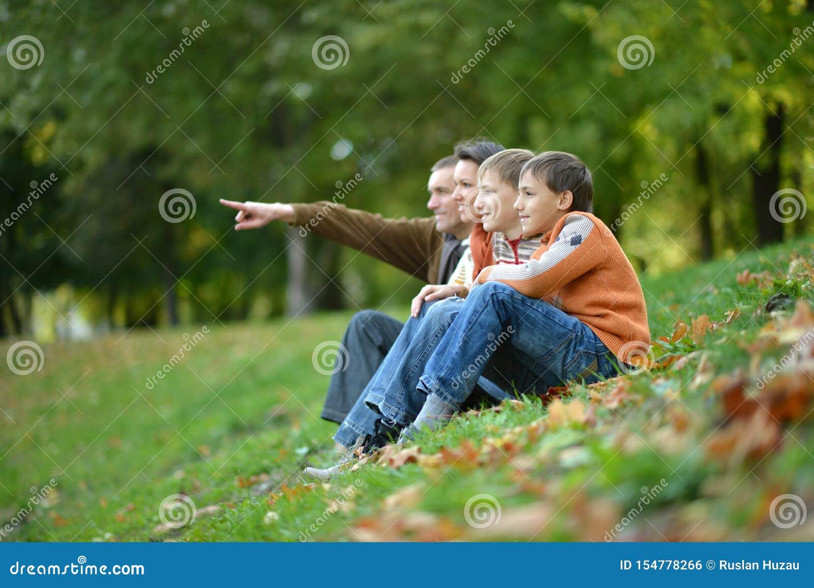 Porträt der vierköpfiger Familie im Herbstpark