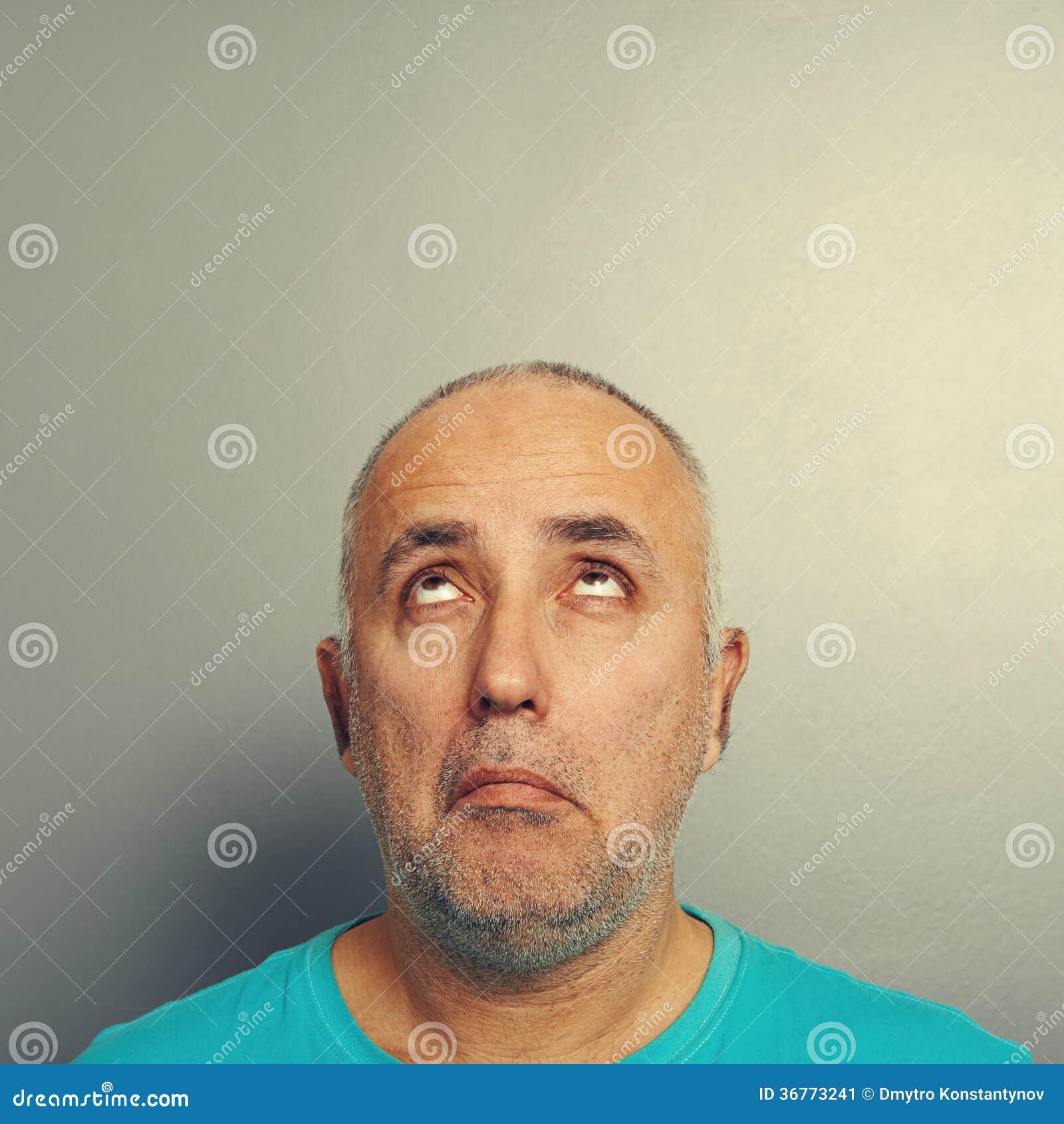 Porträt des älteren Mannes oben schauend