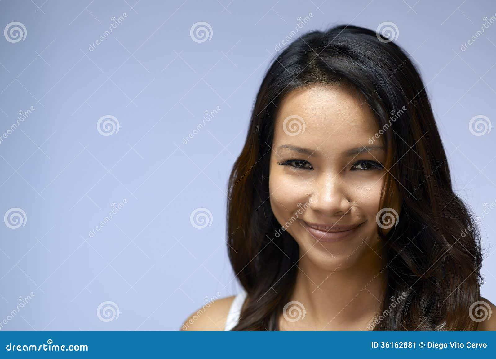 Porträt des asiatischen Mädchens Kamera und das Lächeln betrachtend