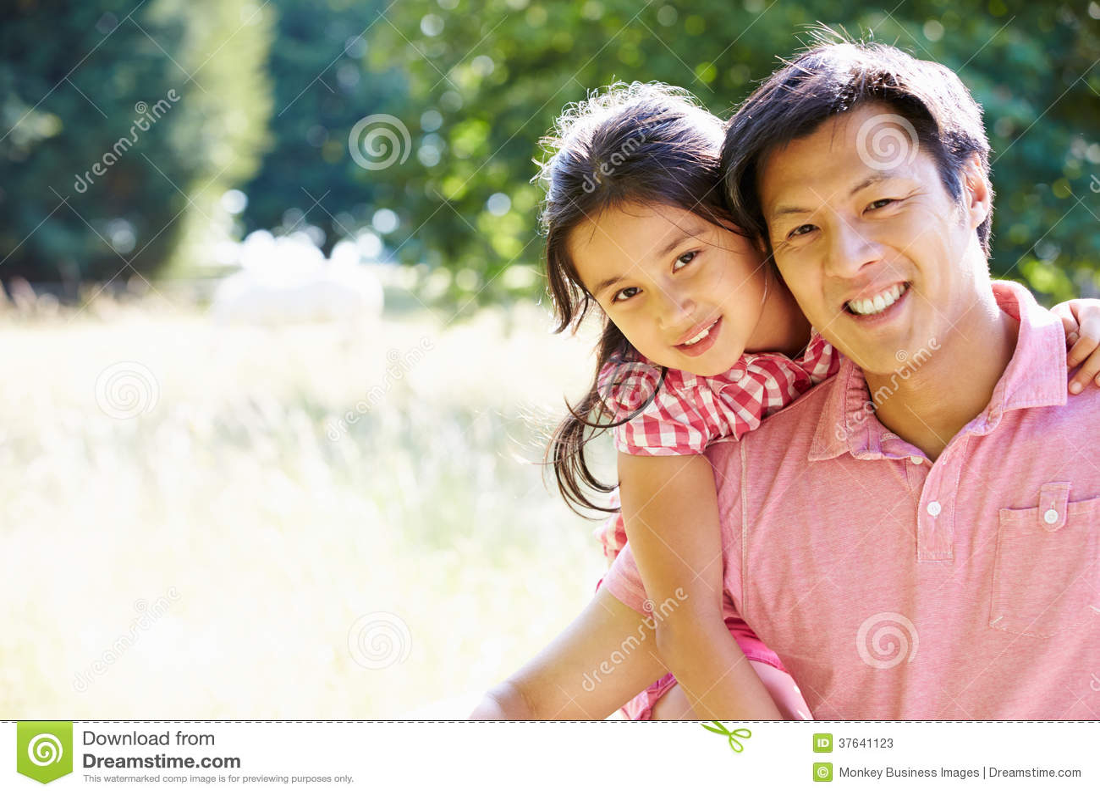 Porträt des asiatischen Vaters And Daughter In Countrysi