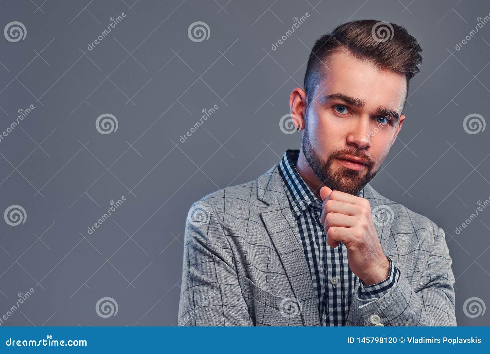 Porträt des attraktiven nachdenklichen Mannes im karierten Hemd und im grauen blaser
