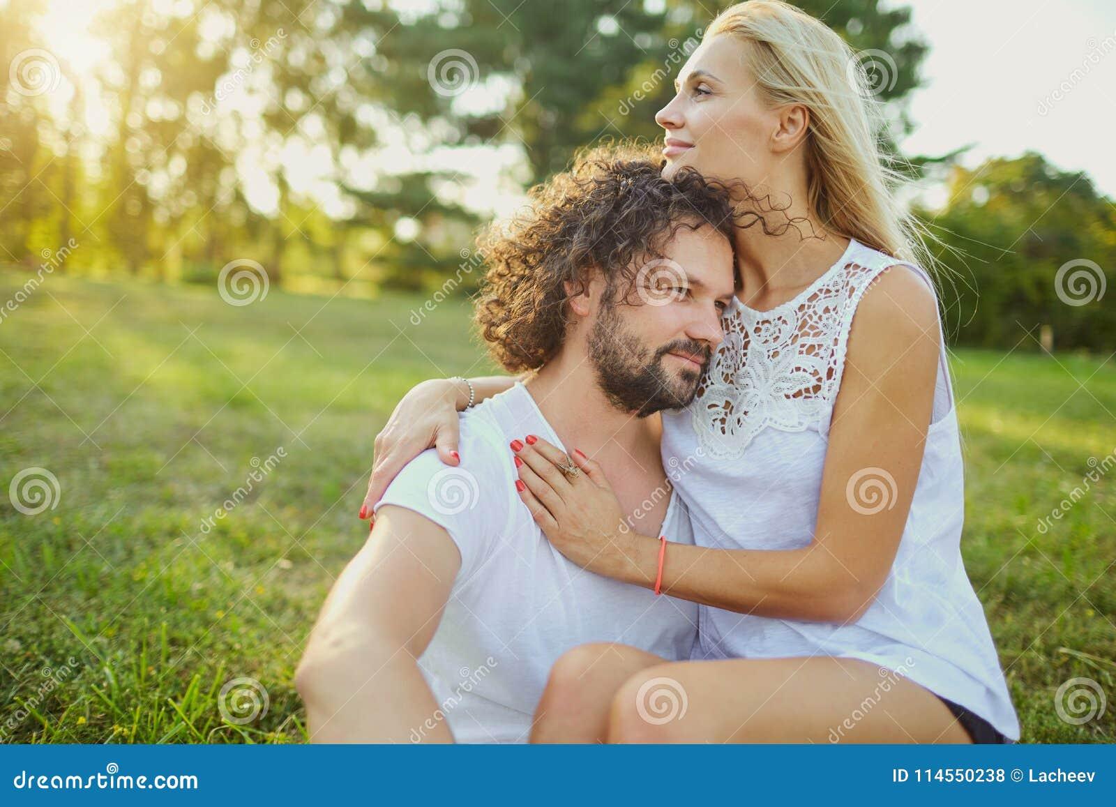 Porträt des Ehemanns und der Frau im Park