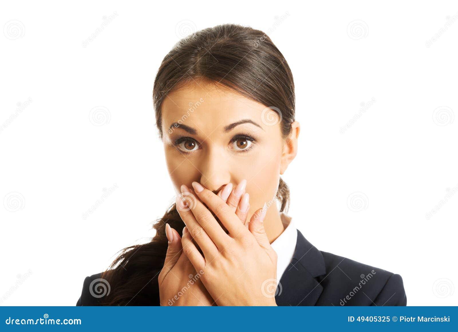 Download Porträt Des Entsetzten Geschäftsfraubedeckungsmunds Stockbild - Bild von überraschung, weiß: 49405325
