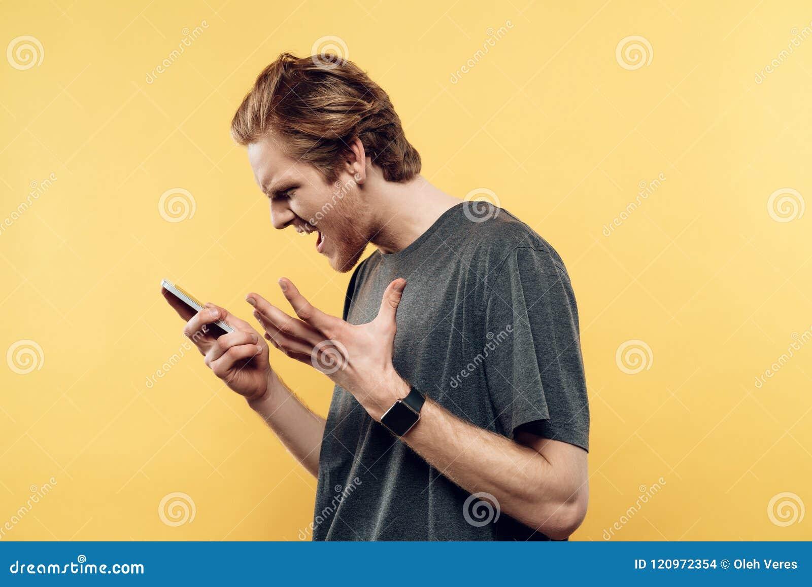 Porträt des enttäuschten Mannes sprechend am Telefon