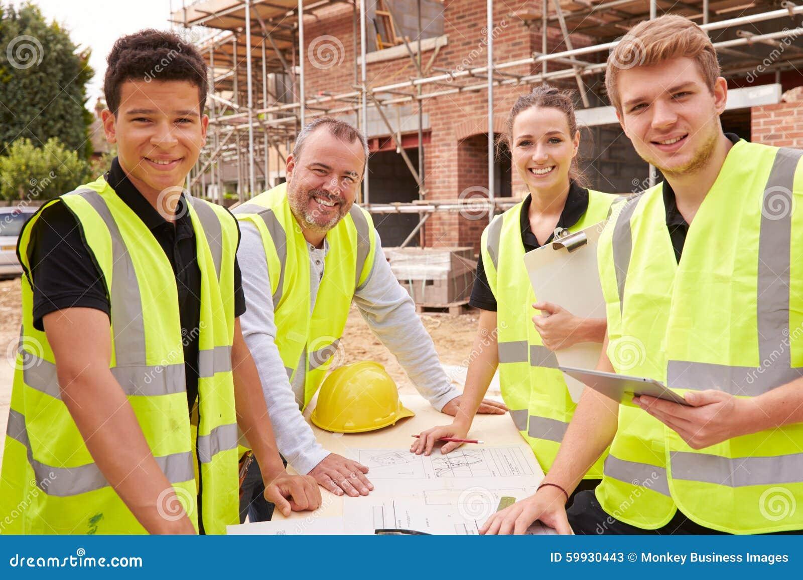 Porträt des Erbauers On Building Site mit Lehrlingen