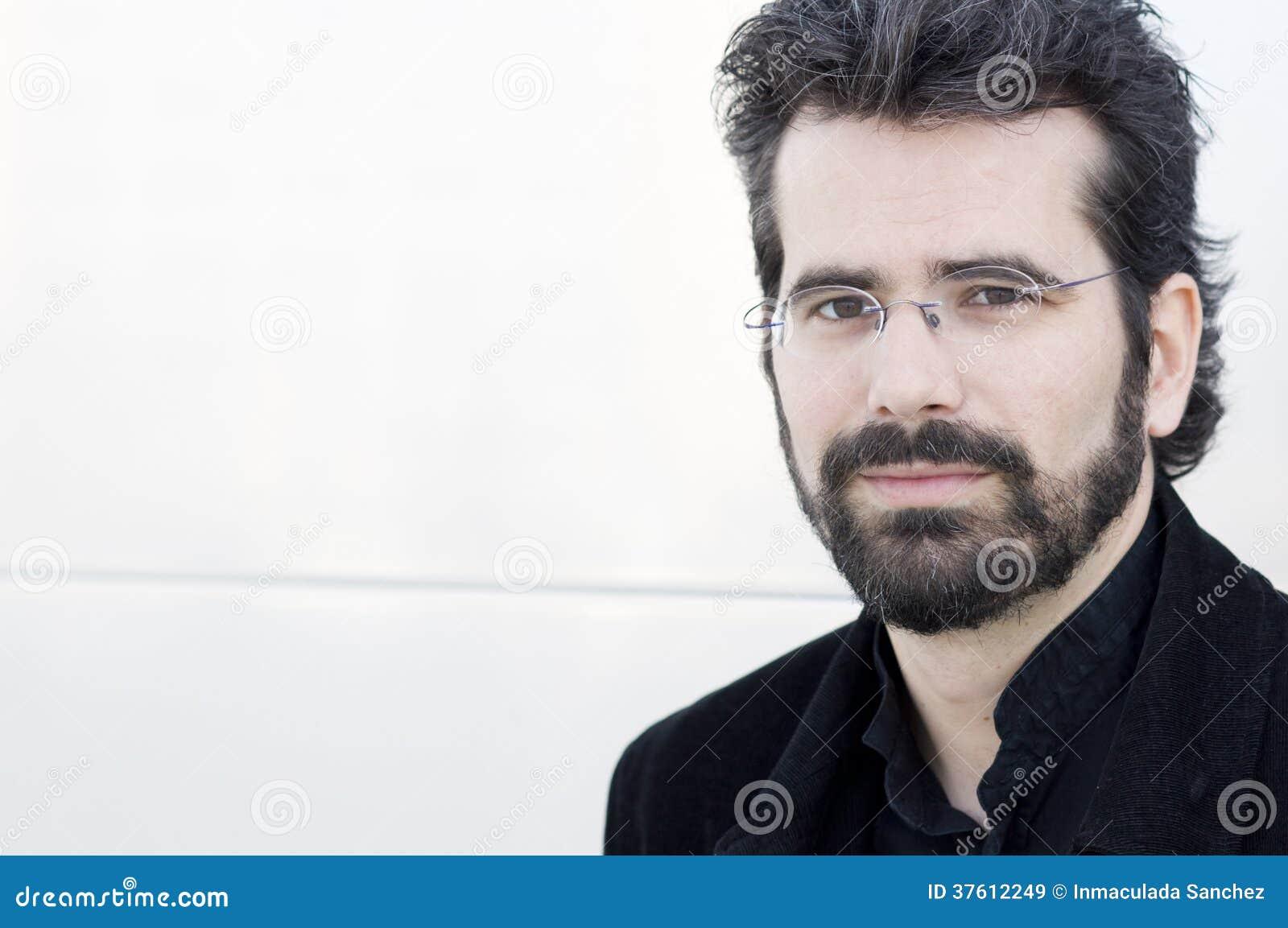 Porträt des erwachsenen Mannes mit Bart und Gläsern