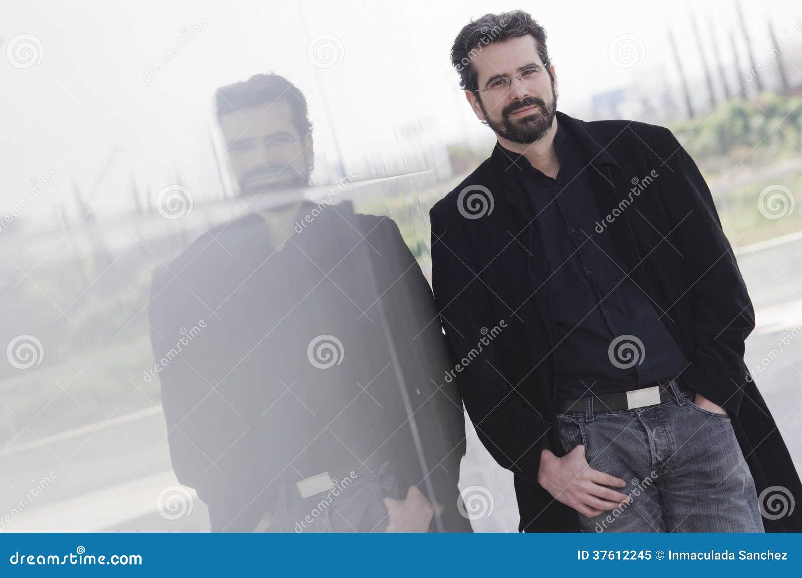 Porträt des erwachsenen Mannes mit Jacke