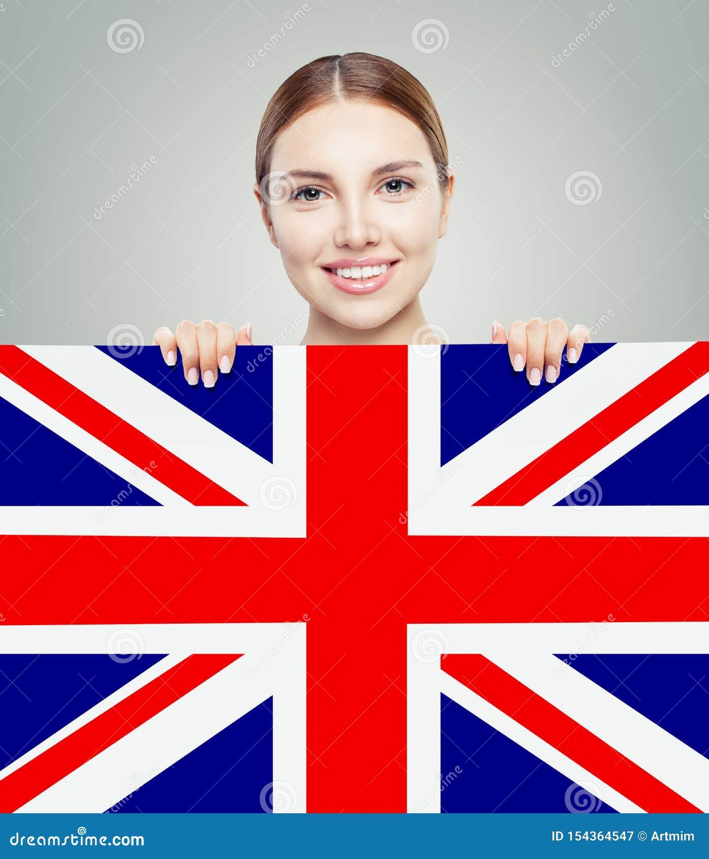 Porträt des glücklichen hübschen Mädchens mit BRITISCHEM Flaggenhintergrund