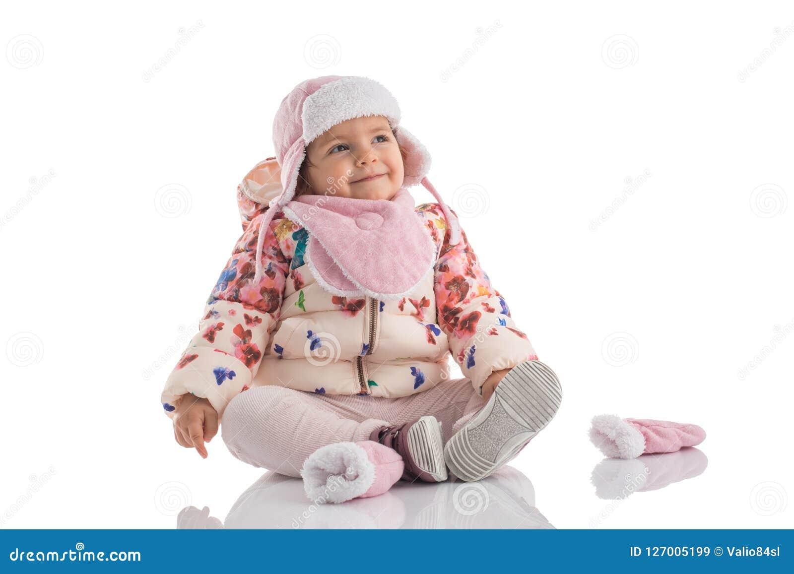 Porträt des glücklichen kleinen Babys, das rosa Winterhut und f trägt