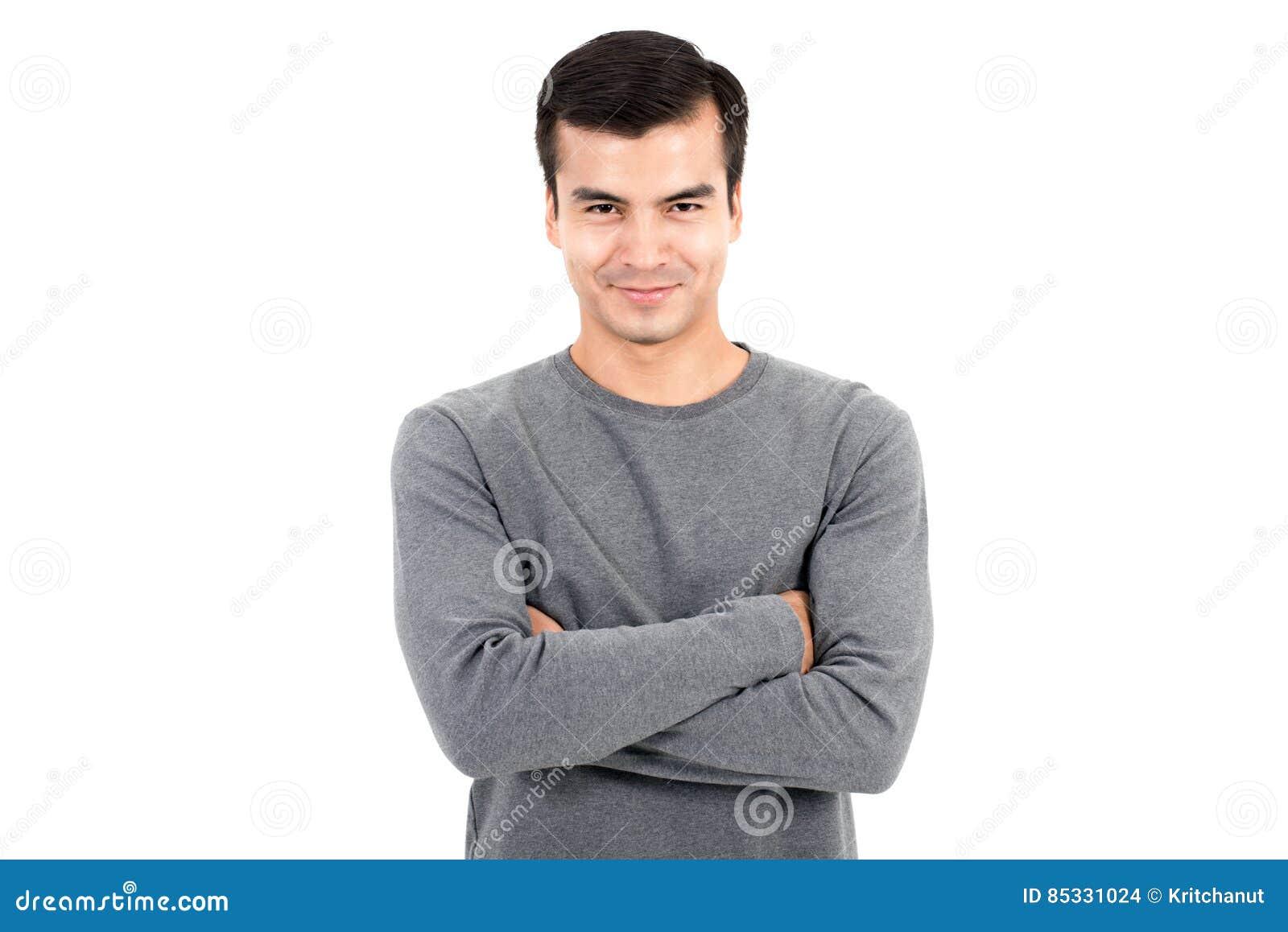 Porträt des glücklichen lächelnden Mannes, der zufälliges graues T-Shirt, seine Arme kreuzend trägt