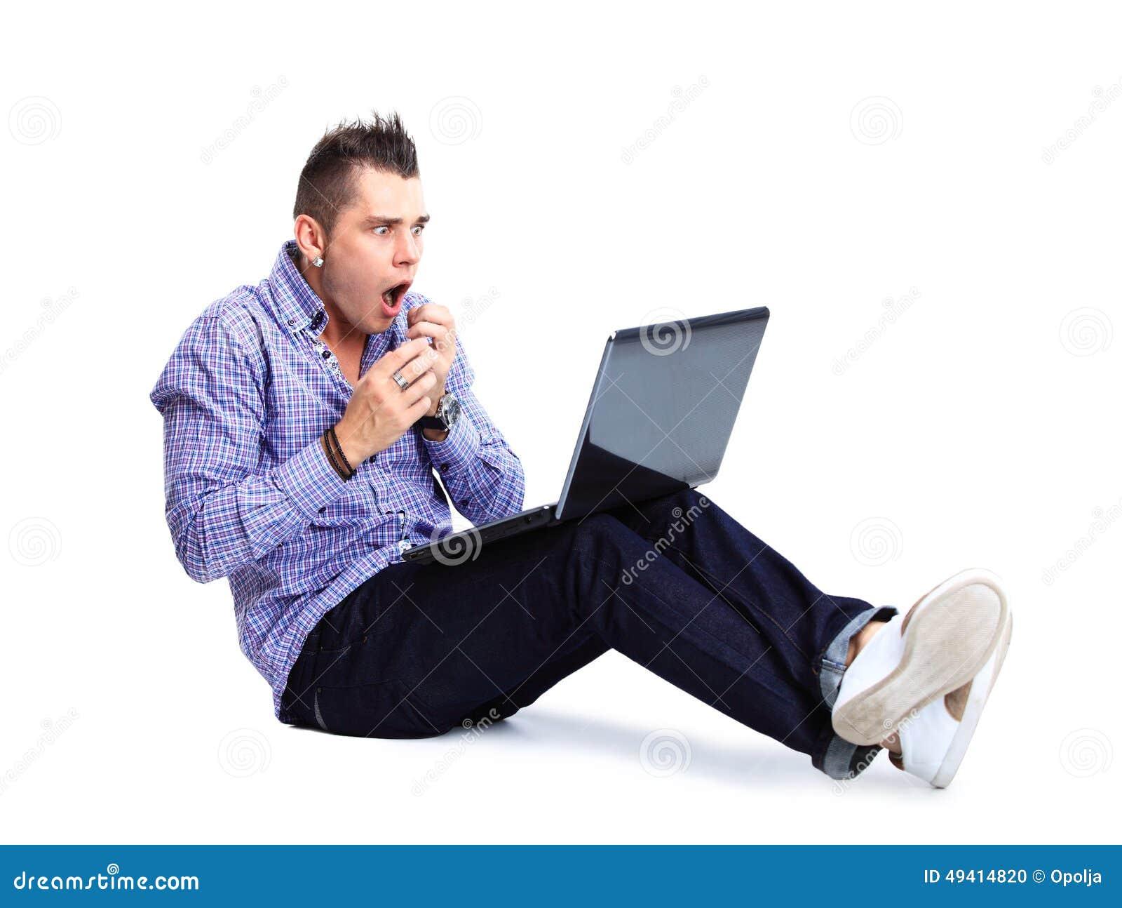 Download Porträt Des Glücklichen Mannes Arbeitend An Laptop In Zufälligem Stockfoto - Bild von platz, erwachsener: 49414820