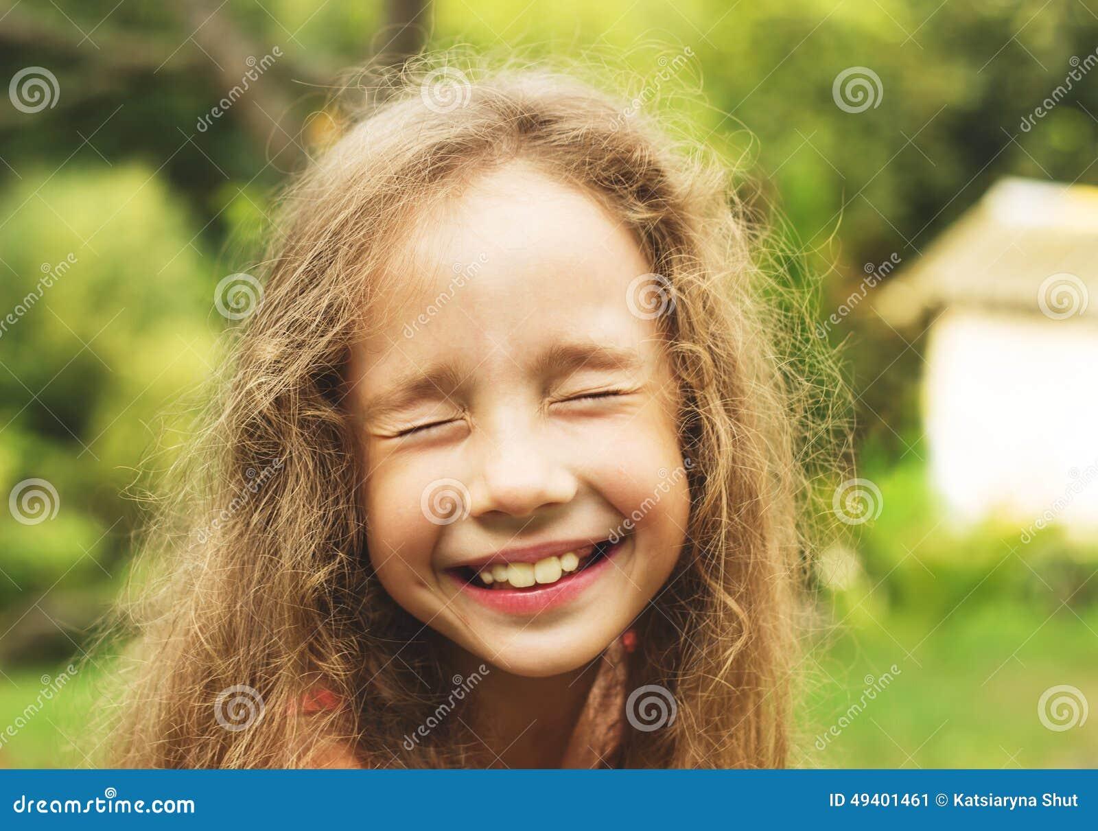 Download Porträt Des Glücklichen Netten Mädchens, Das Spaß Am Sonnigen Tag Hat Stockbild - Bild von freude, fliege: 49401461