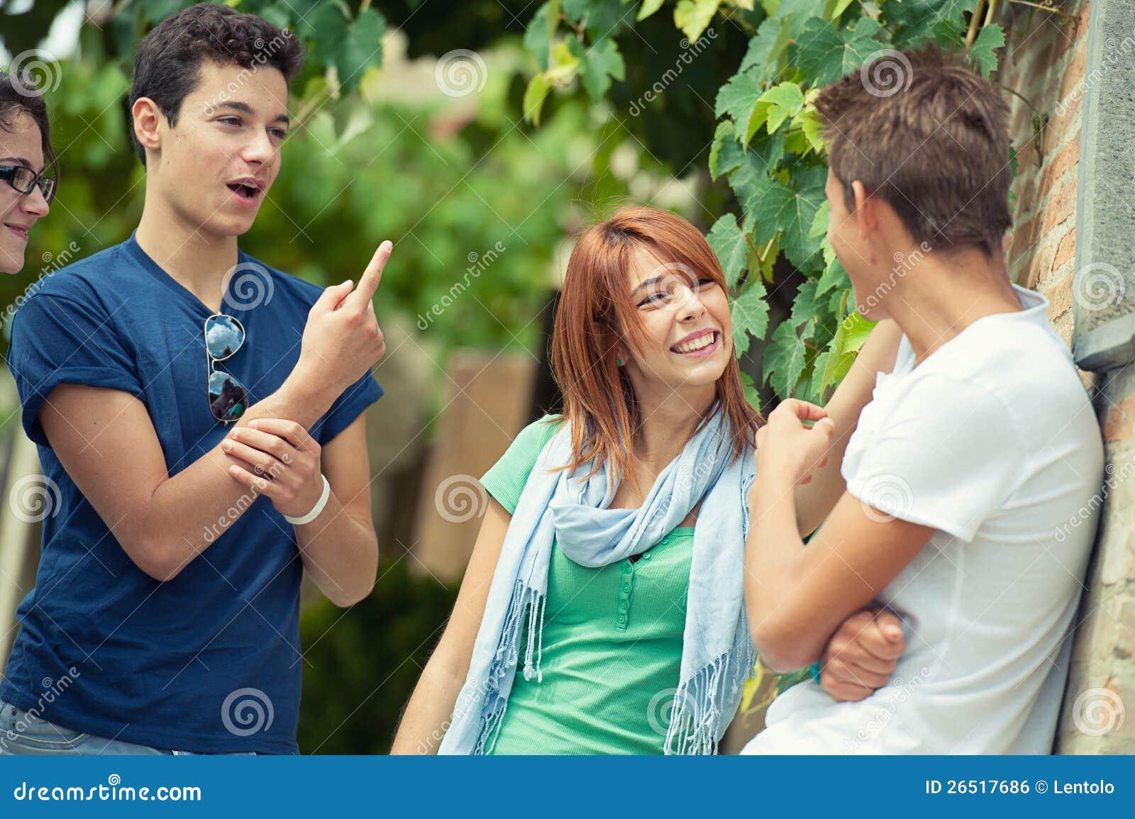 Porträt des glücklichen Teenagers im Park am Sommer