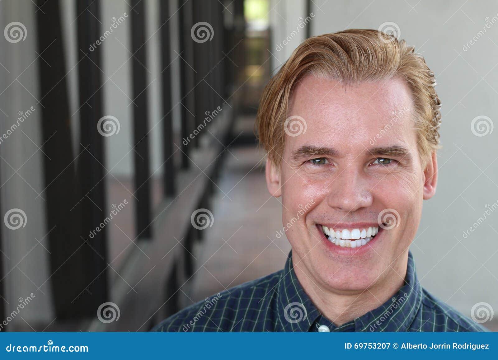 Porträt des gutaussehenden Mannes mit einem PERFEKTEN LÄCHELN