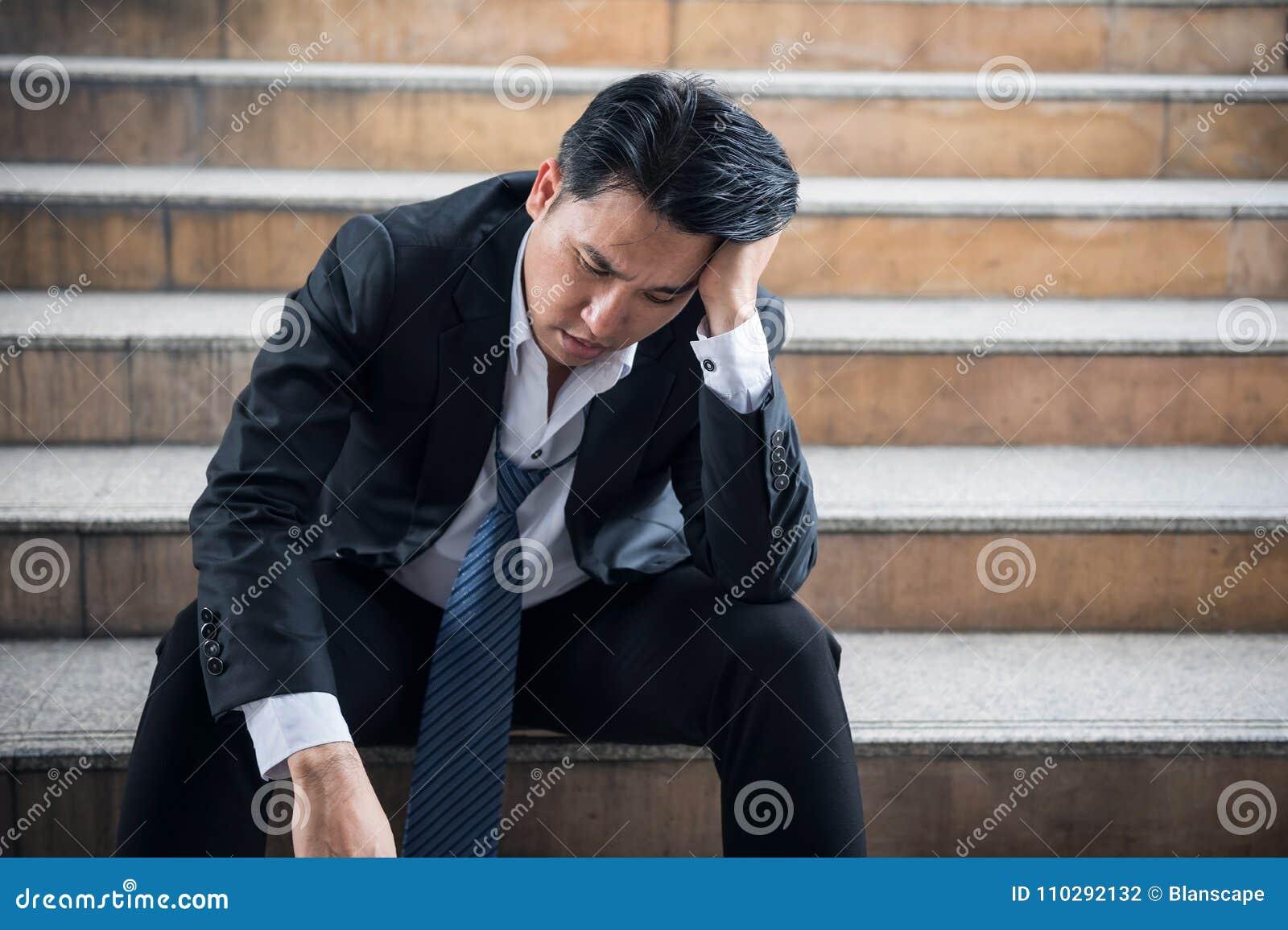 Porträt des hoffnungslosen älteren Geschäftsmannes des Druckes