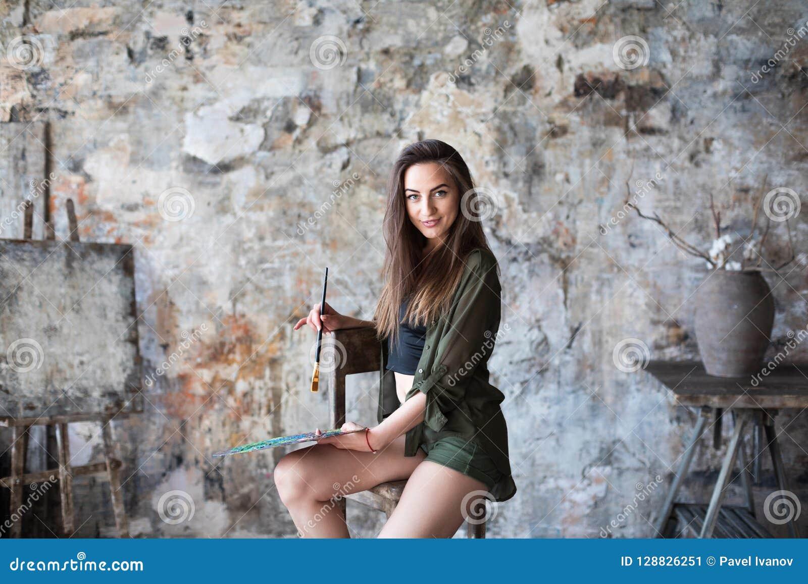 Porträt des jungen begabten weiblichen Künstlers Art, Kreativitätskonzept