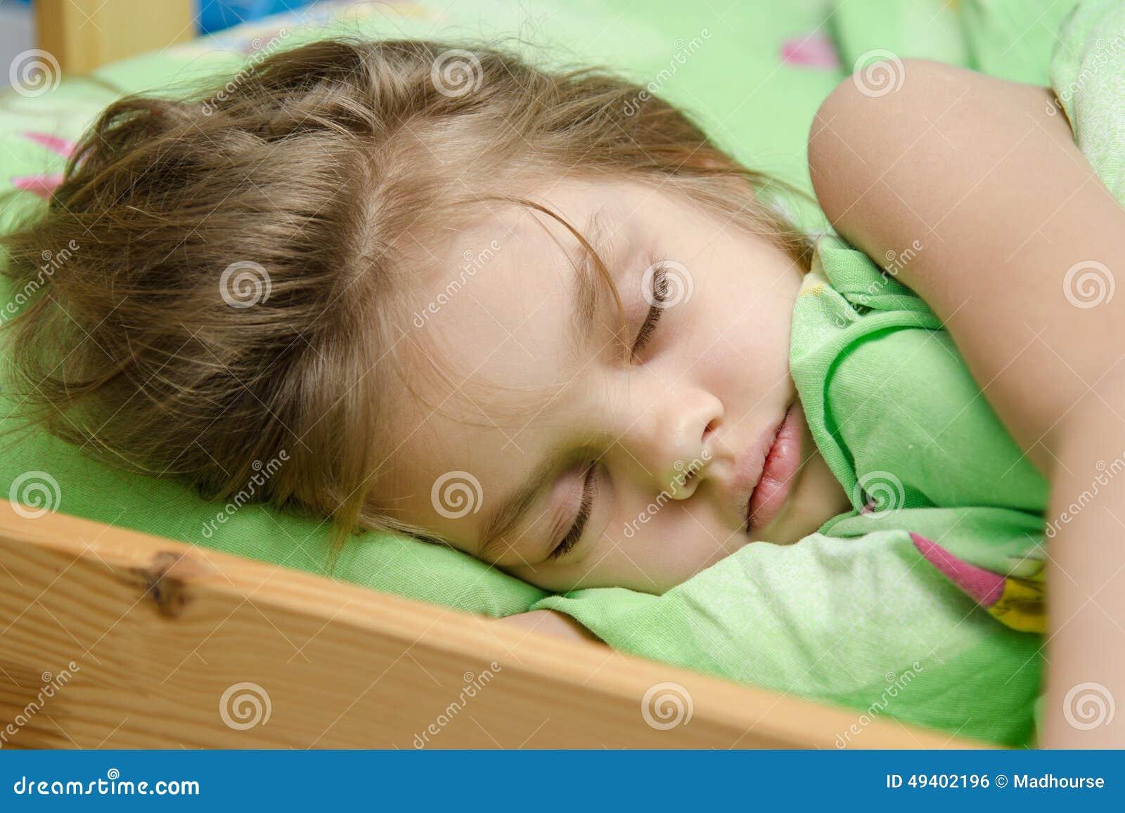 Download Porträt Des Jungen Mädchens Schlafend Im Bett Stockfoto - Bild von jahr, serenity: 49402196