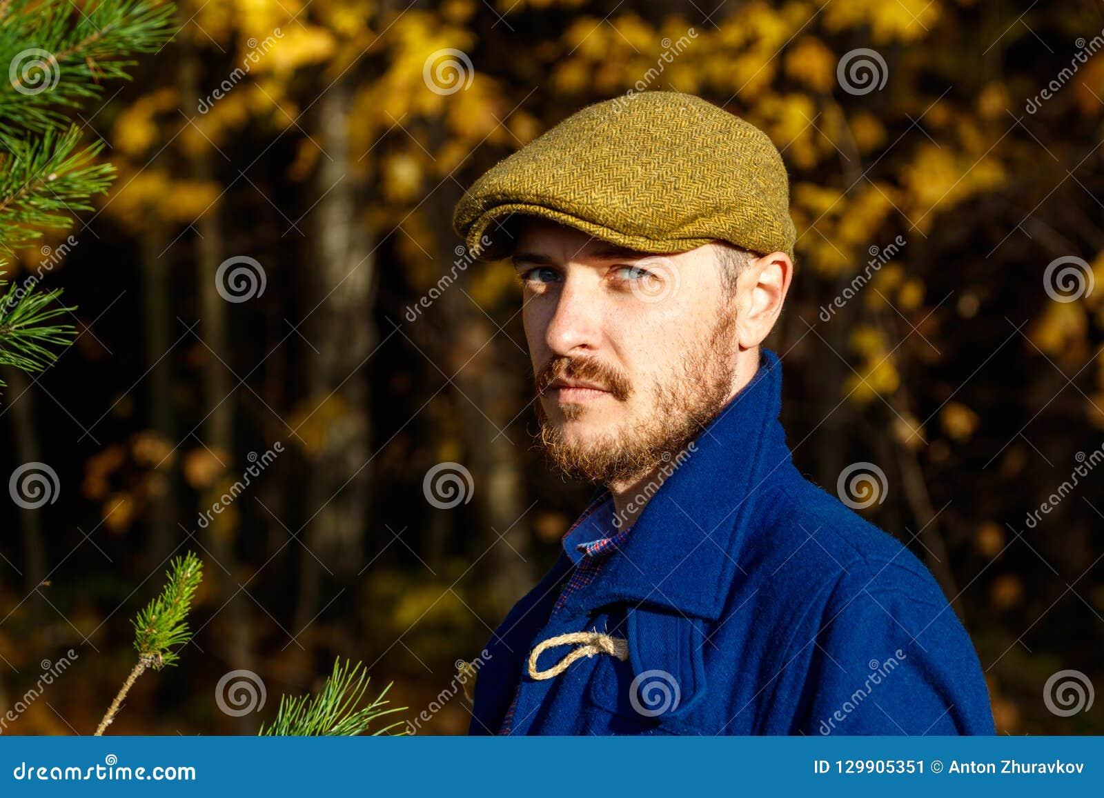 Porträt des jungen Mannes im Herbstwald