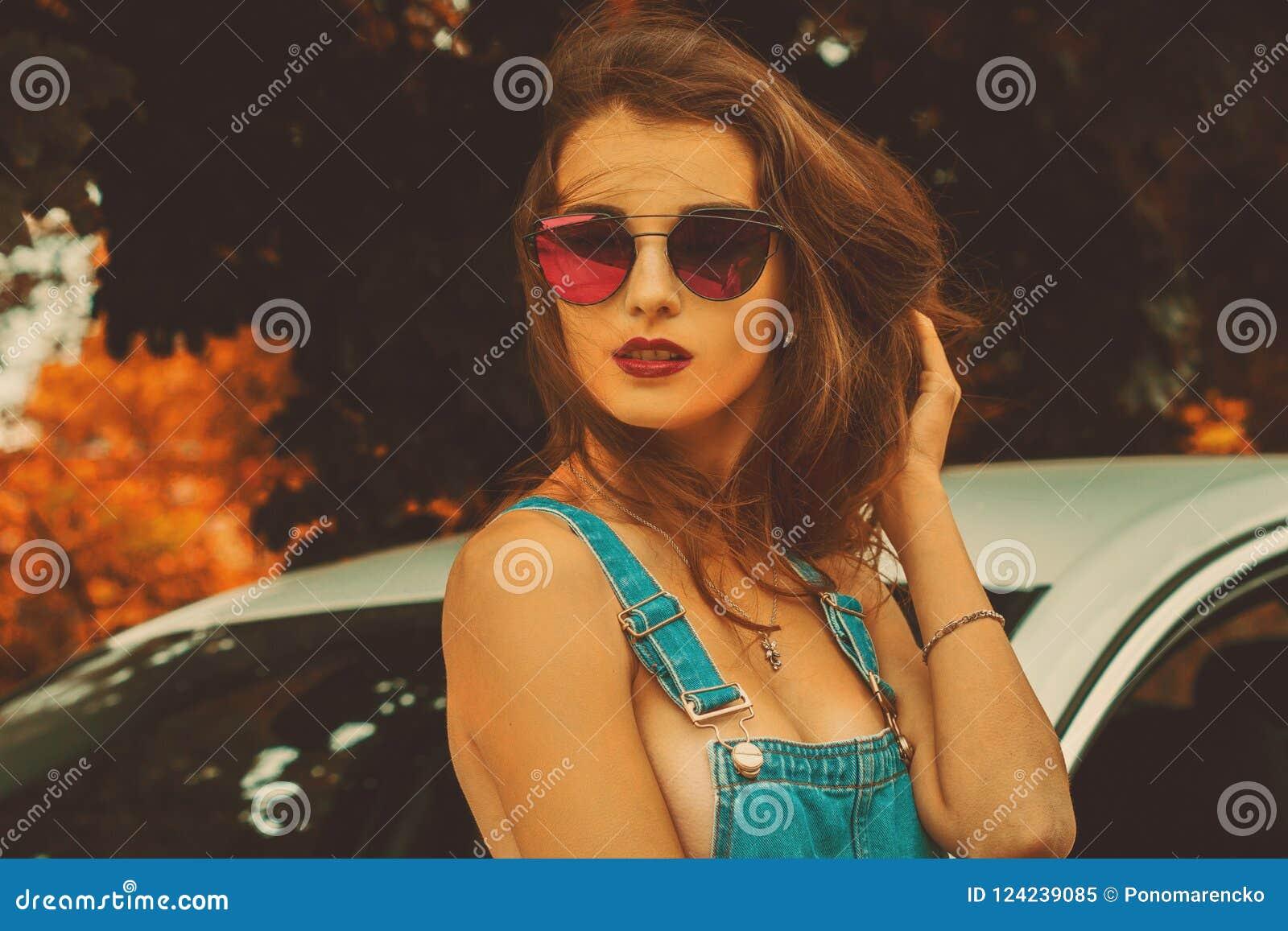 Porträt des jungen schönen Brunette in der Sonnenbrille