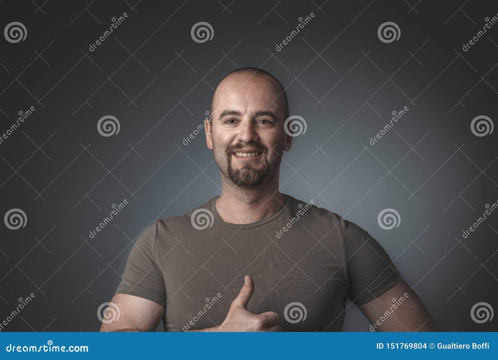 Porträt des kaukasischen positiven Manndaumens oben