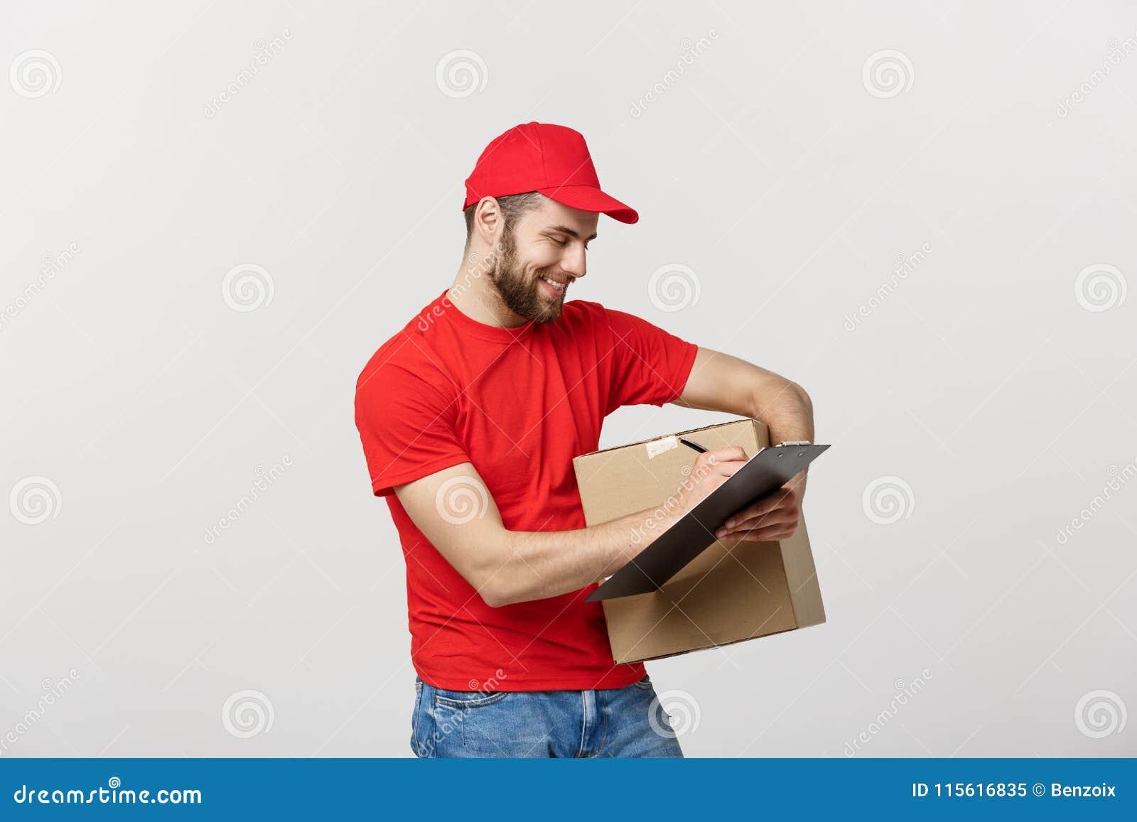 Porträt des lächelnden männlichen Liefererschreibens auf Klemmbrett und Holdingkasten Lokalisiert über weißem Hintergrund