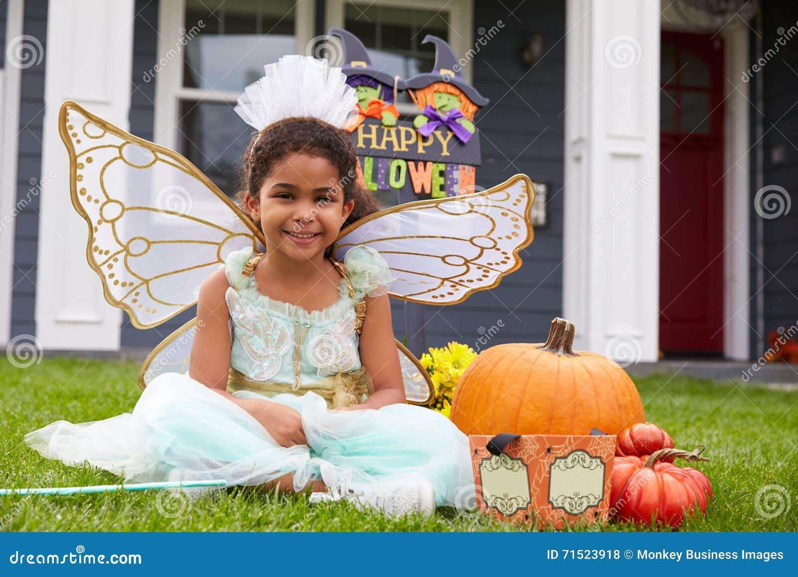 Porträt des Mädchens gekleidet im Trick oder in der Behandlung des feenhaften Kostüms