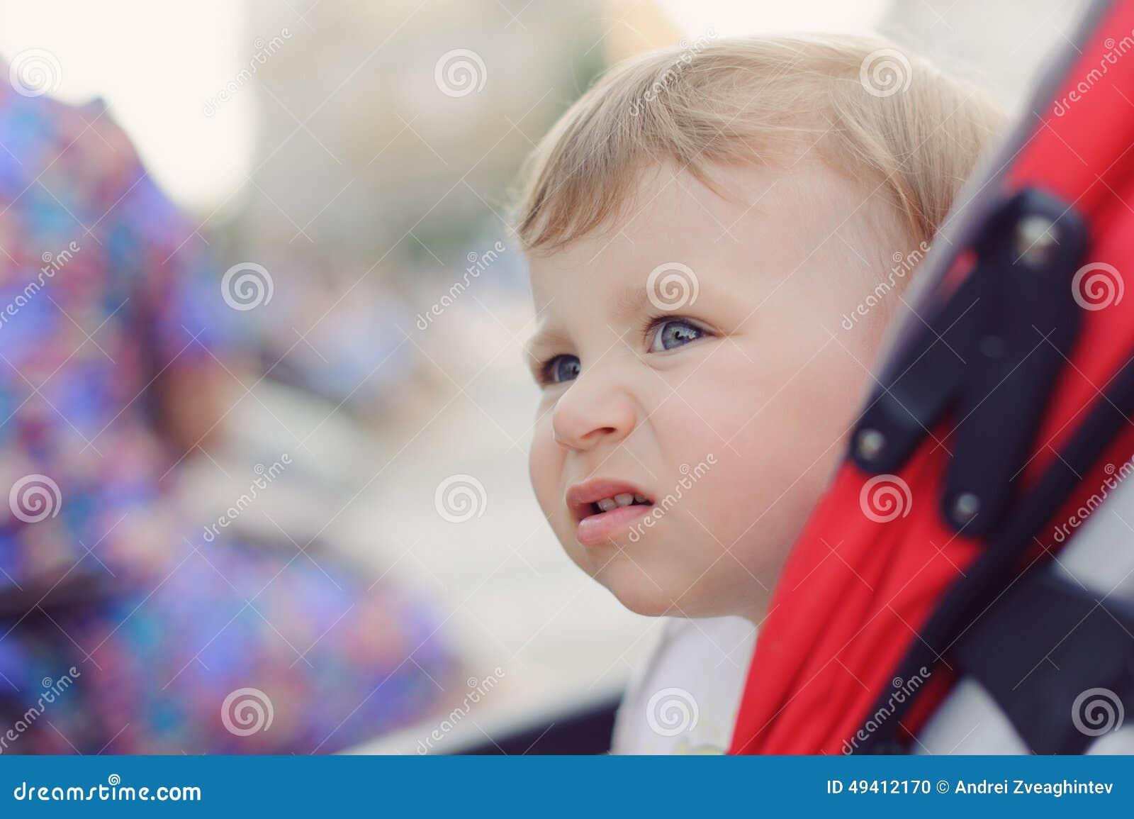 Download Porträt Des Mädchens Im Spaziergänger Stockfoto - Bild von toddler, leute: 49412170
