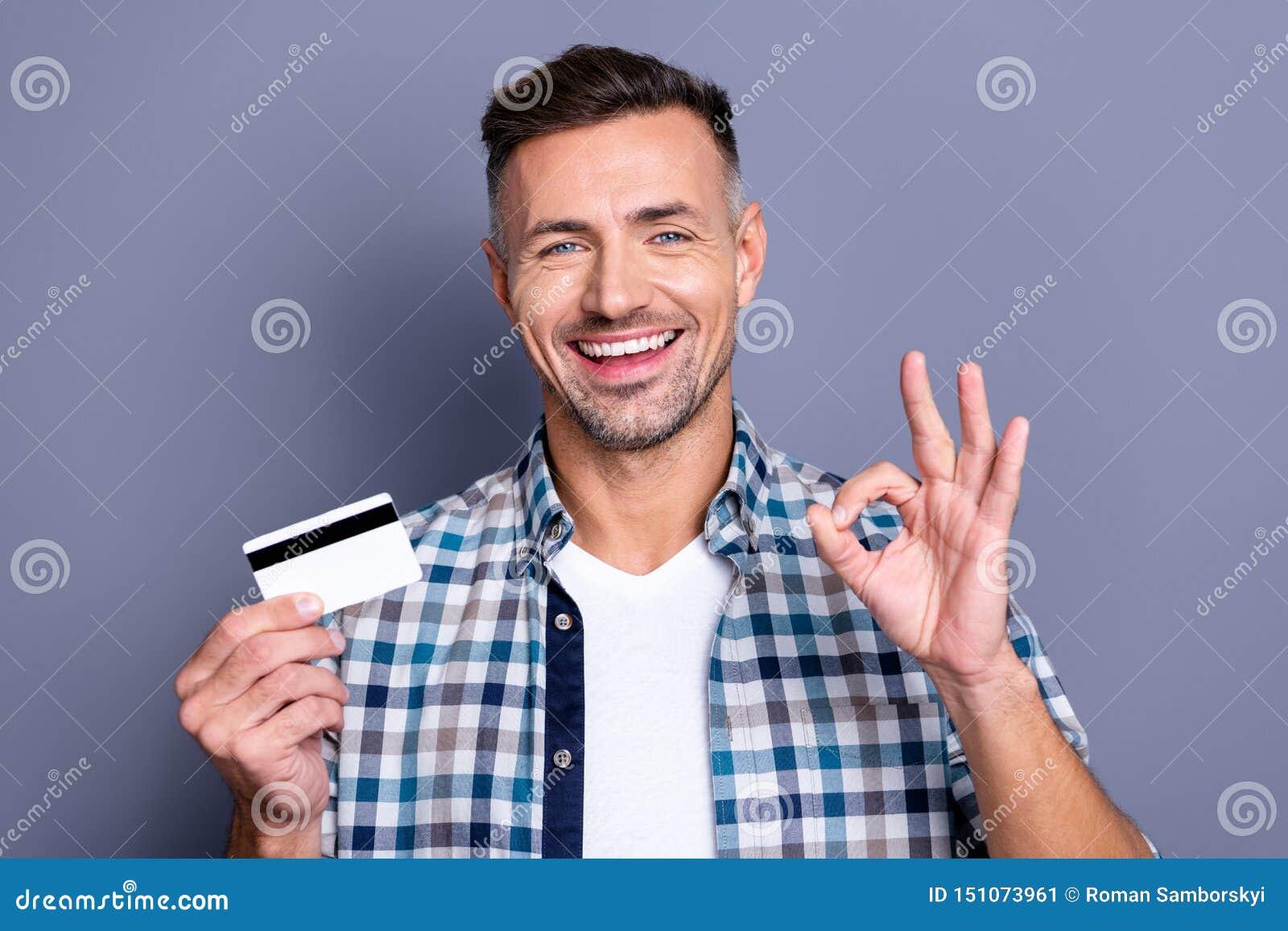 Porträt des netten aufgeregten Kerls lassen Promo ihn annoncieren seins, Wahl zu beschließen, Entscheidung zu entscheiden sich zu