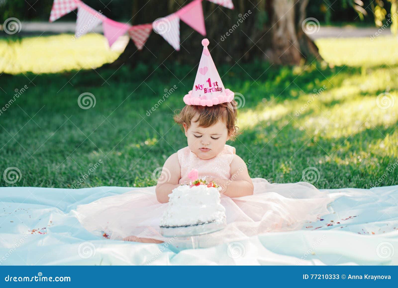 Porträt Des Netten Entzückenden Kaukasischen Babys Mit Dunkelbraunen ...