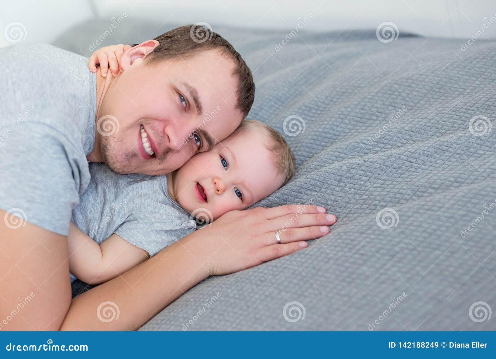Porträt des netten kleinen Mädchens mit ihrem Vater