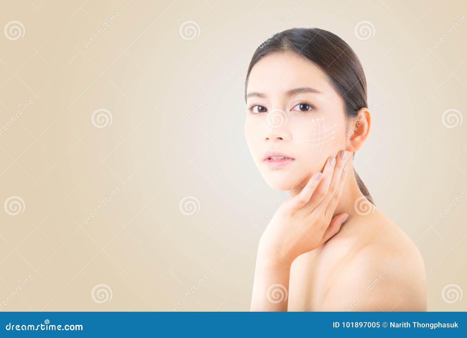 Porträt des schönen asiatischen Frauenmakes-up von Kosmetik, von Mädchenhandnotenbacke und von Lächeln