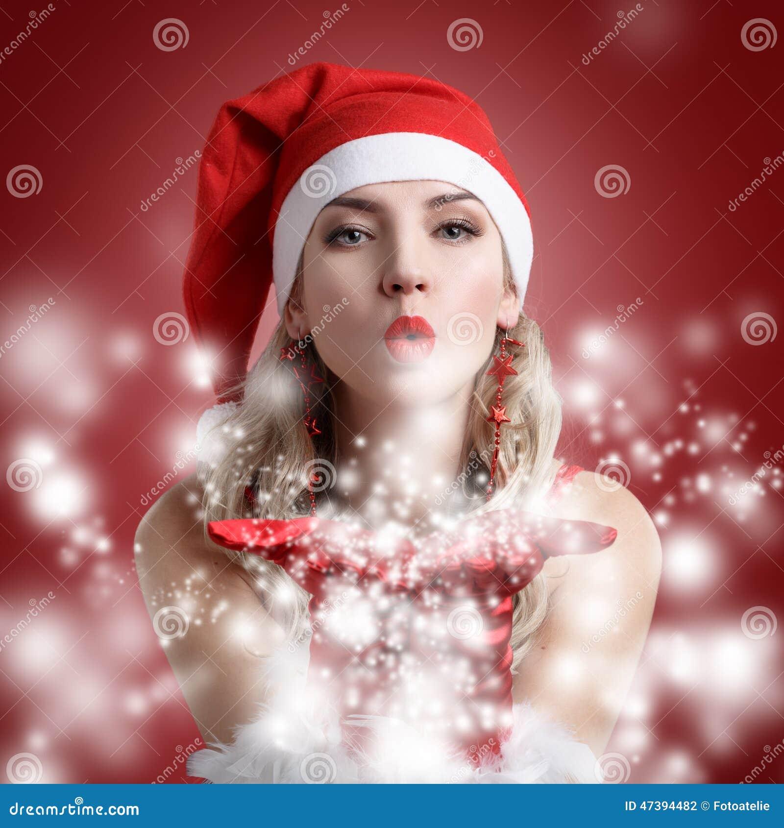 Porträt des schönen sexy Mädchens, das Weihnachtsmann trägt, kleidet