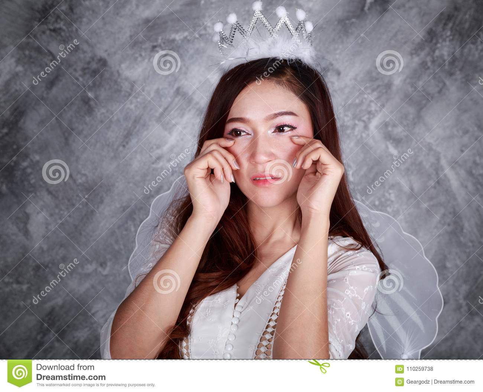 Porträt des schreienden Engels der jungen Frau