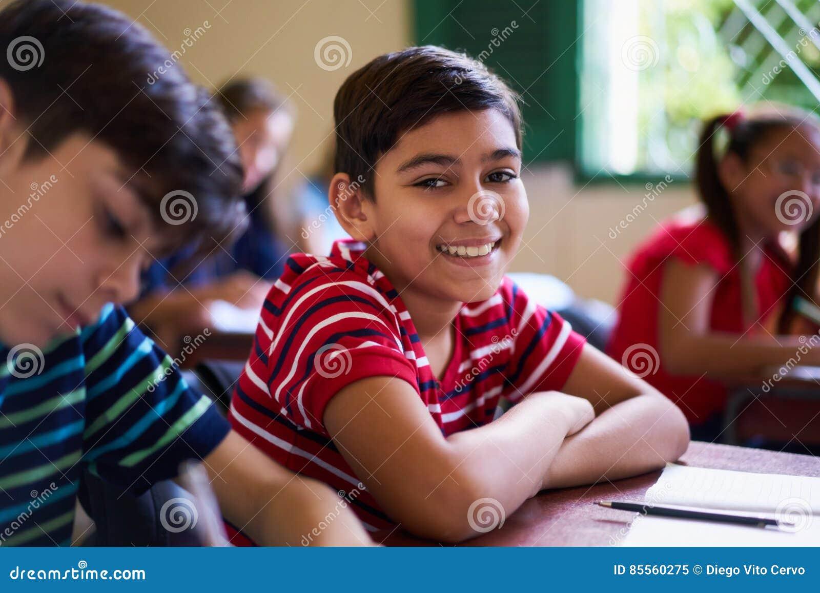 Porträt des Schuljungen Kamera in der Klasse betrachtend