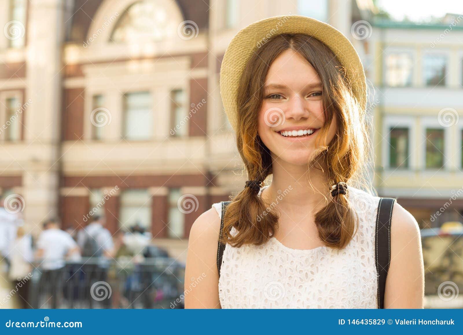 Porträt des Sommers im Freien lächelnden schönen Jugendlichmädchens 13, 14 Jahre alte tragende Hut auf Stadtstraße, Kopienraum