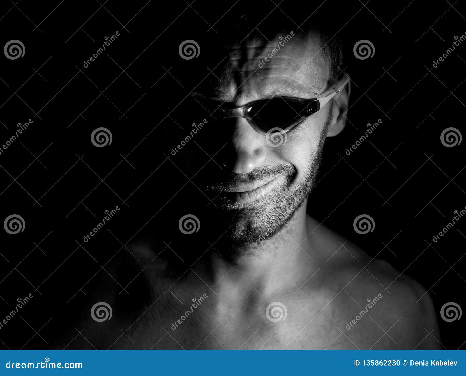 Porträt des unrasierten erwachsenen kaukasischen Mannes in schwimmenden Gläsern Er lächelt wie Wahnsinnige und scheint wie Verrüc