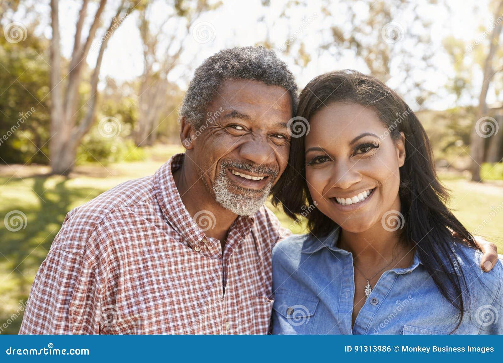 Porträt des Vaters And Adult Daughter im Park zusammen