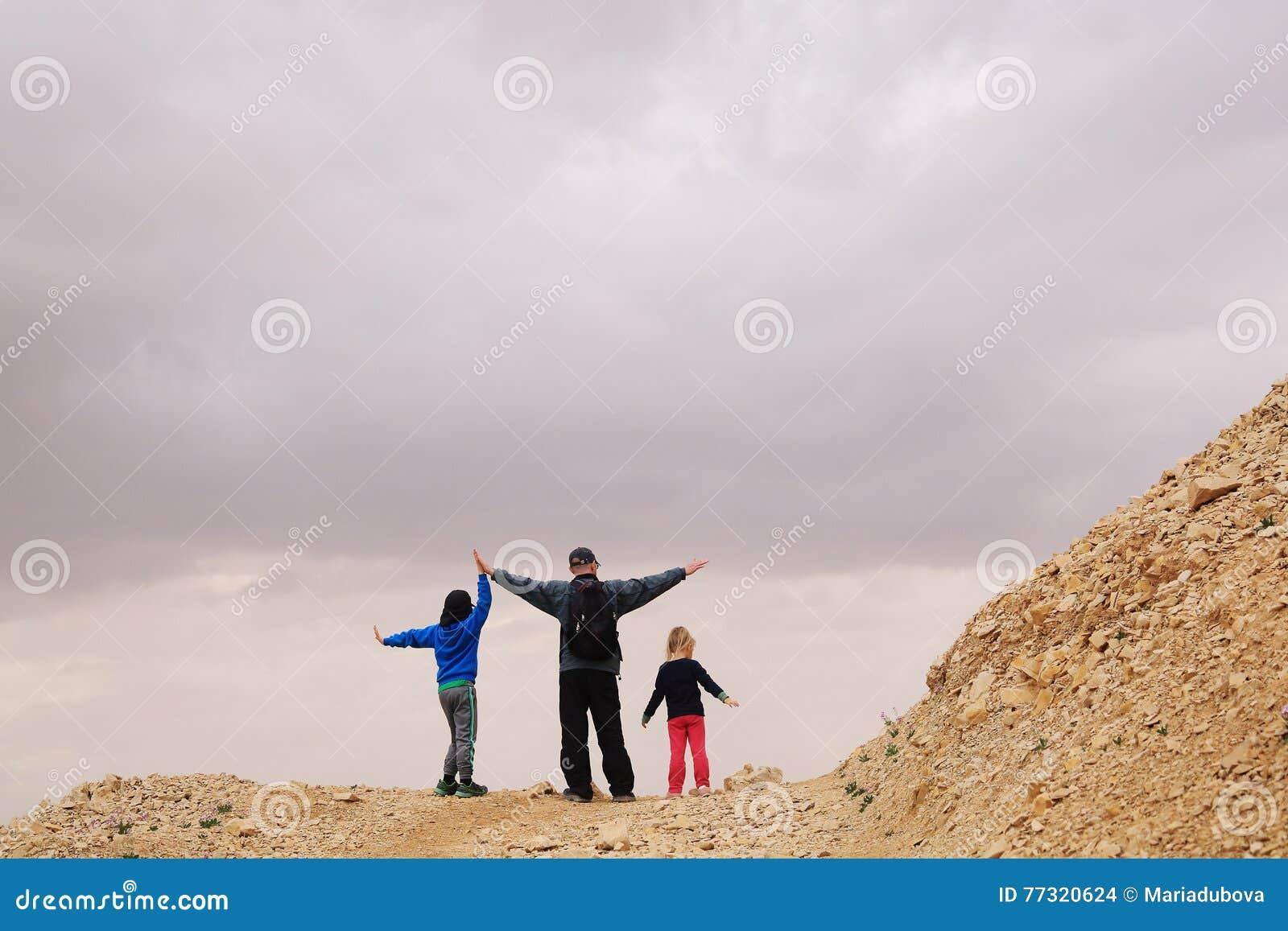 Porträt des Vaters mit zwei Kindern