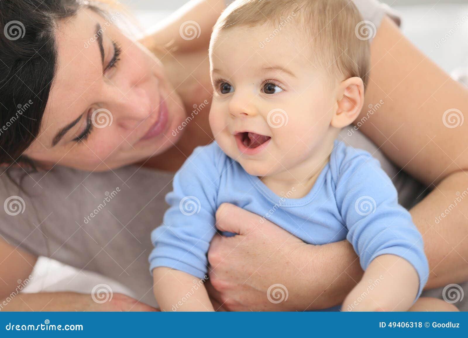 Download Porträt Einer Glücklichen Mutter Mit Ihrem Netten Baby Stockfoto - Bild von streicheln, familie: 49406318