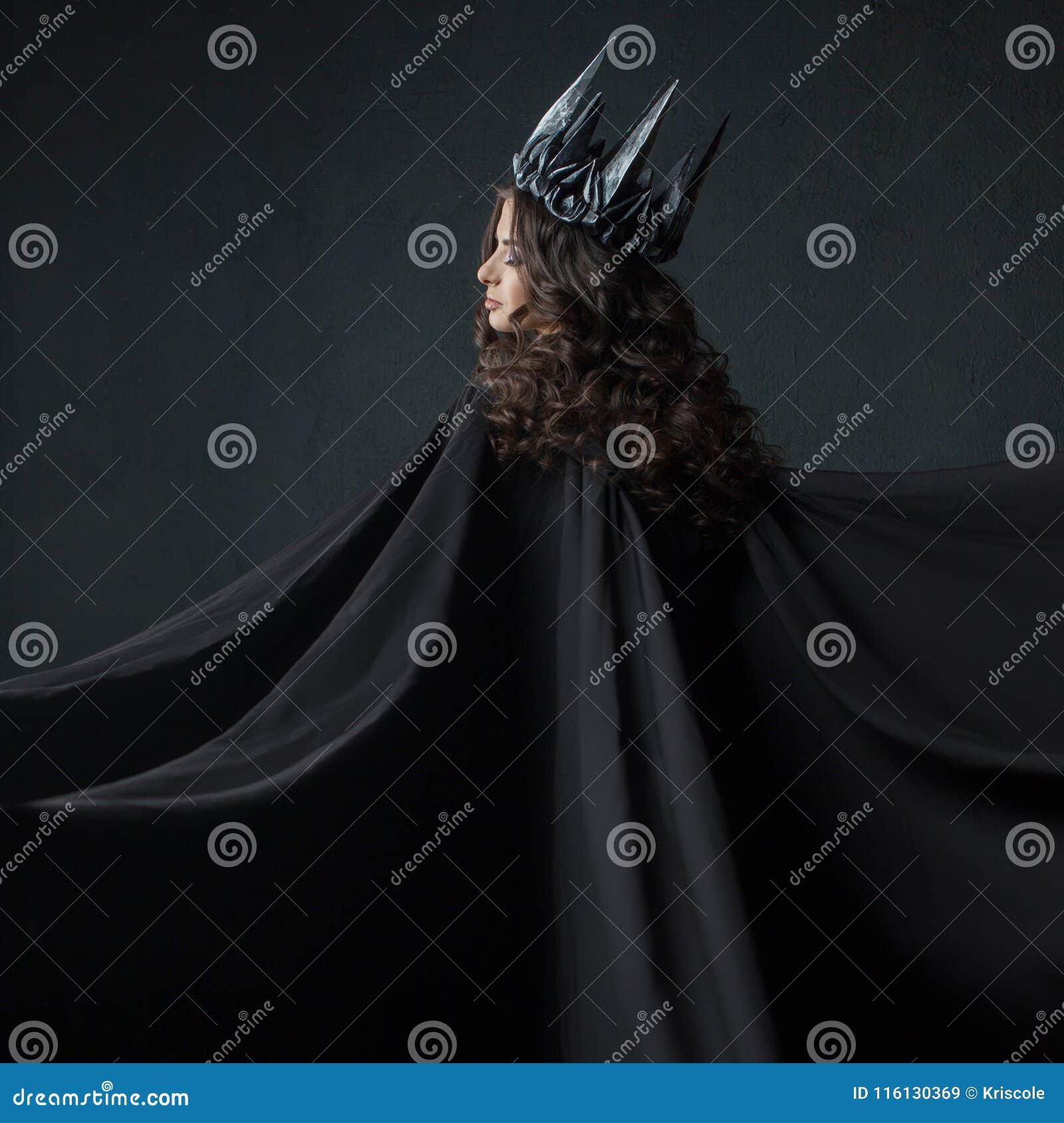 Porträt einer gotischen Prinzessin Gotische Königin Bild auf Halloween Junge schöne Frau im Schwarzen