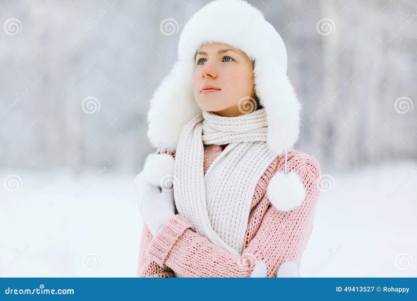 Download Porträt Einer Hübschen Frau Draußen Im Winter Stockbild - Bild von kleidung, frost: 49413527