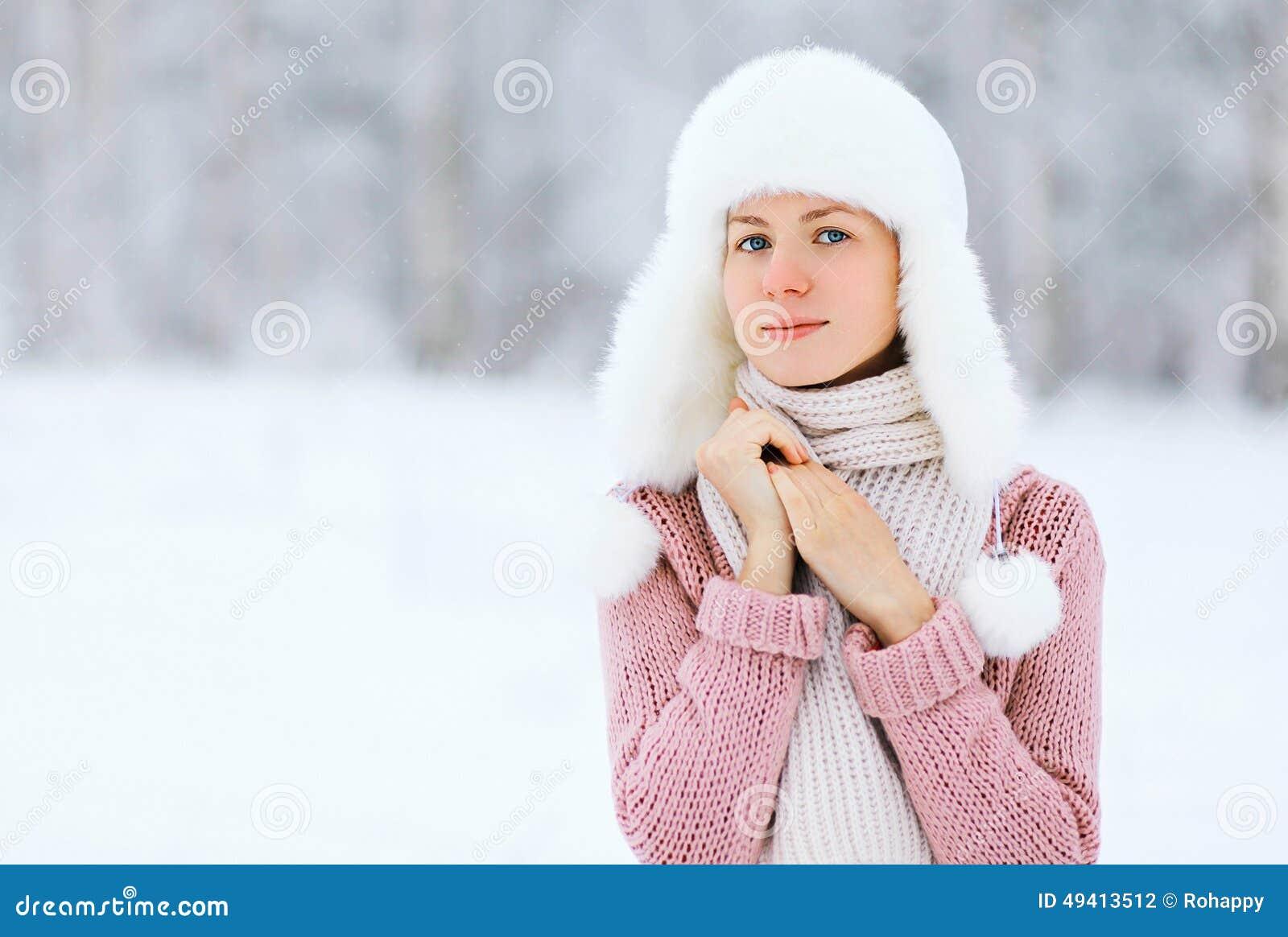 Download Porträt Einer Hübschen Frau Im Winter Stockfoto - Bild von glück, freizeit: 49413512
