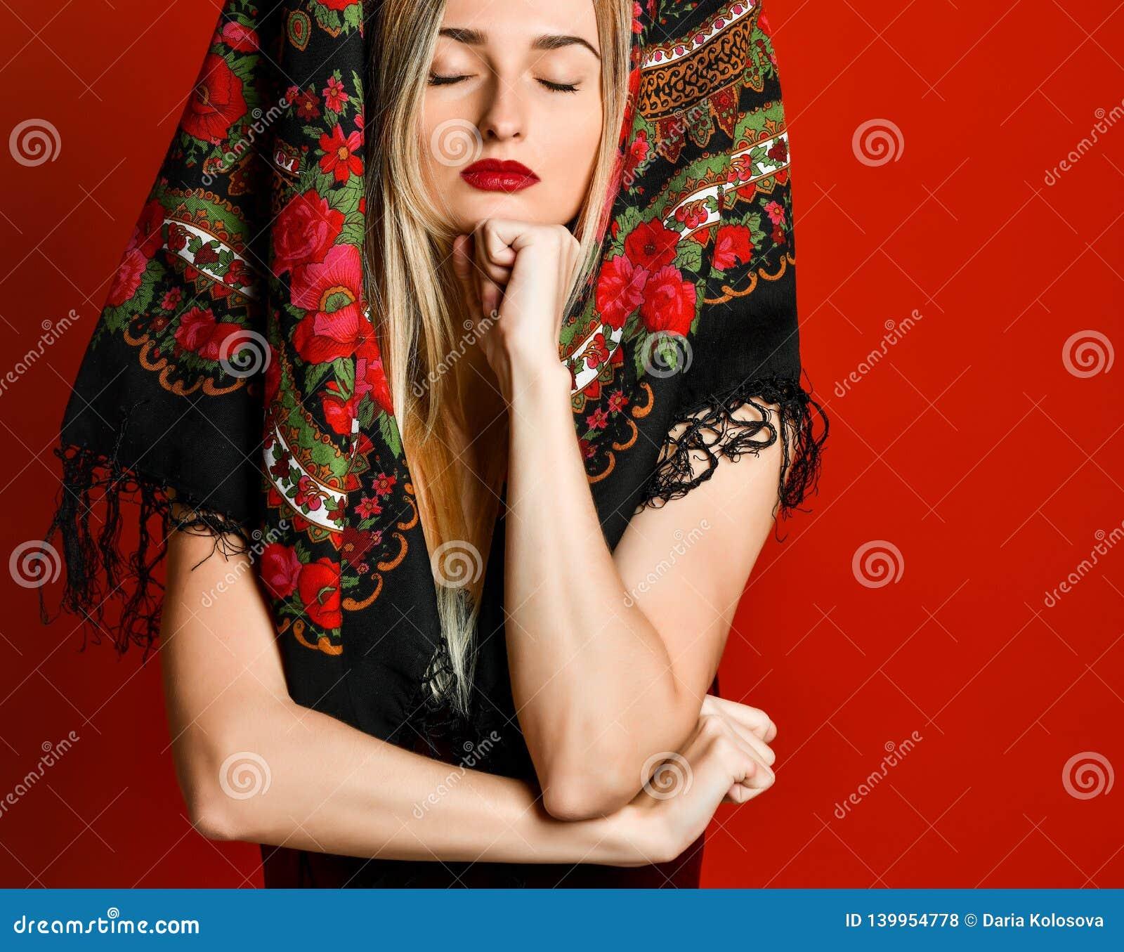 Porträt einer herrlichen eleganten träumerischen blonden Schönheit