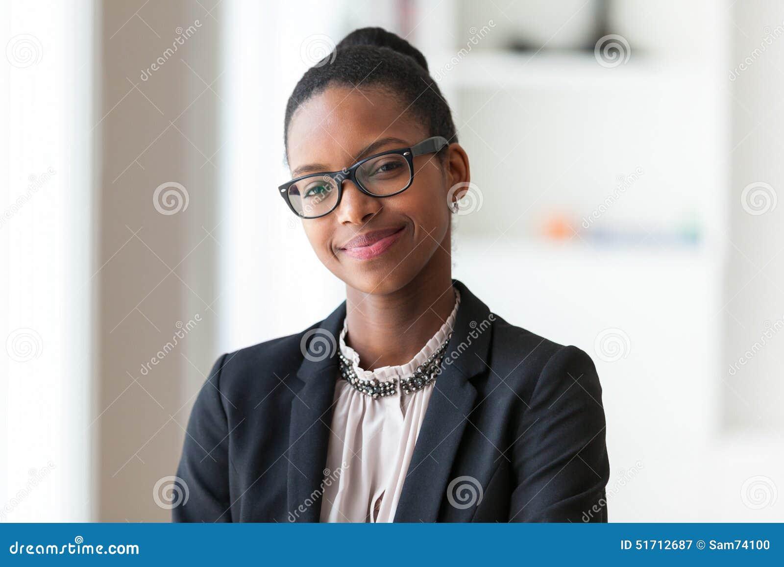 Porträt einer jungen AfroamerikanerGeschäftsfrau - schwarzes peop