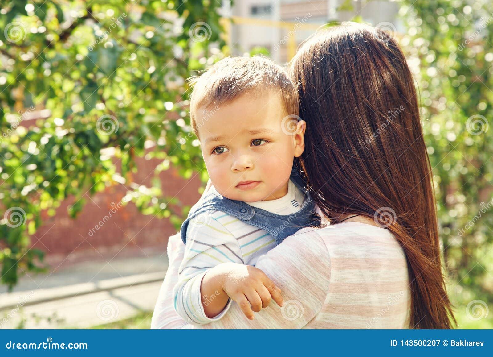 Porträt einer jungen Mutter mit Baby Mamma und Sohn