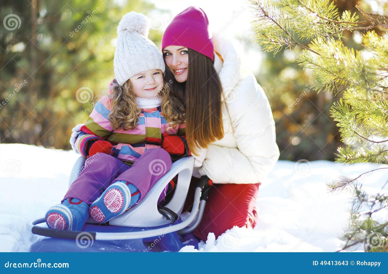 Download Porträt Einer Mutter Und Des Kindes Im Schlitten, Der Spaß, Sonnigen Winter Hat Stockbild - Bild von lebensstil, mädchen: 49413643