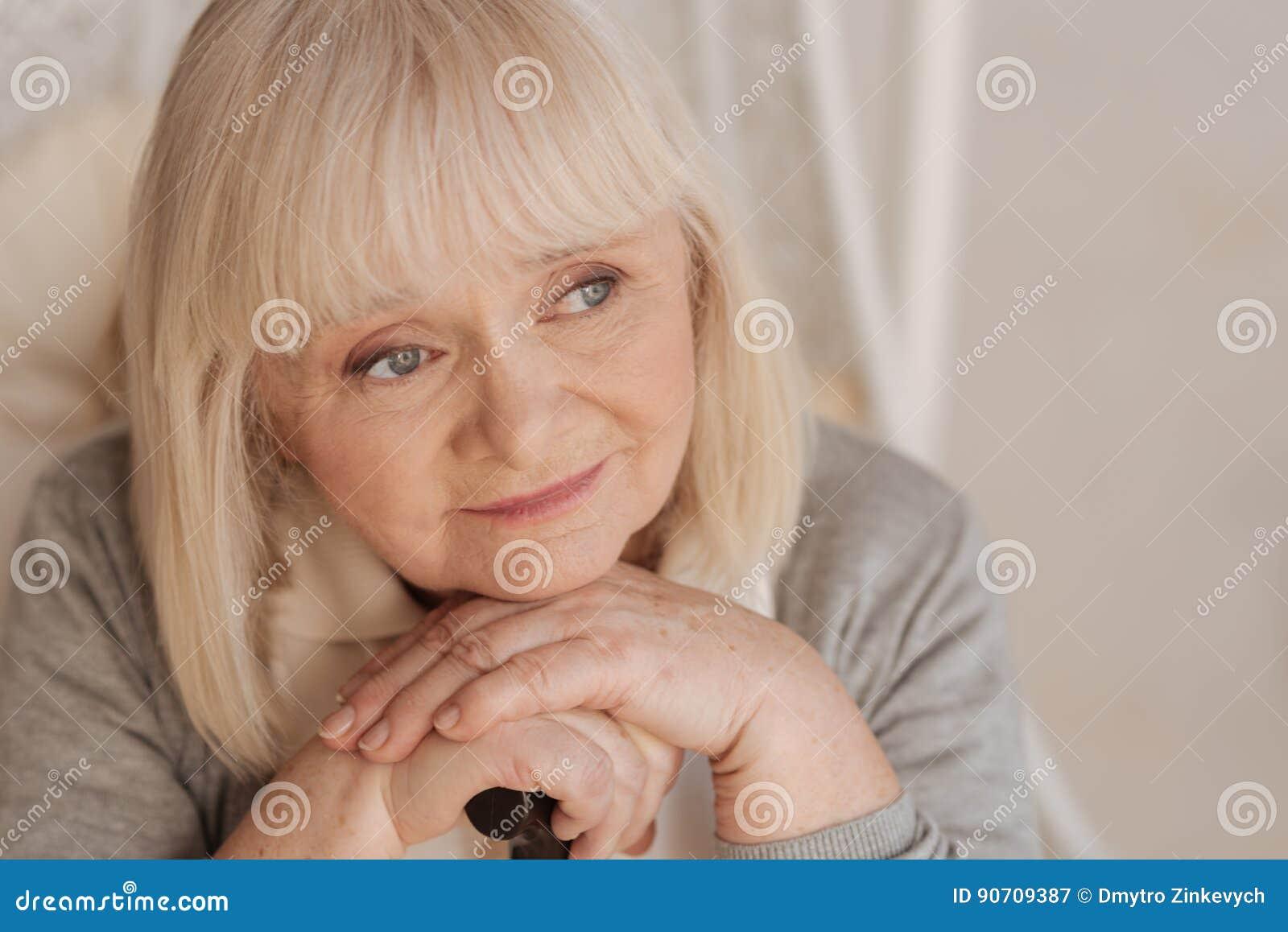 Porträt einer netten älteren Frau